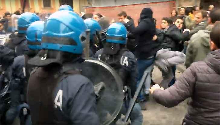 Bologna, scontri tra polizia e studenti alla mensa: tre feriti